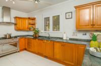 Op het gelijkvloers bieden we een zeer ruime keuken met alle kookfaciliteiten!! • vaatwasser • elektrische oven • 5-pits gasvuur • microgolf oven • koelkast • ruime marmeren keukentabletten voor alle kookcomfort
